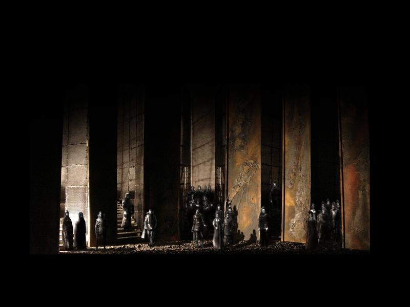 MACBETH<br> Atto II scena 3: I sicari entrano dalla porta di sinistra per informare Macbeth della morte di Banco e della fuga del figlio.