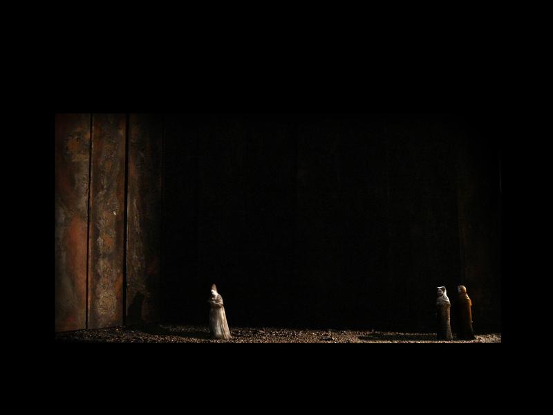 MACBETH<br> Atto IV scena 2: Perseguitata dal rimorso per tutte le atrocità compiute, Lady Macbeth finisce per togliersi la vita.
